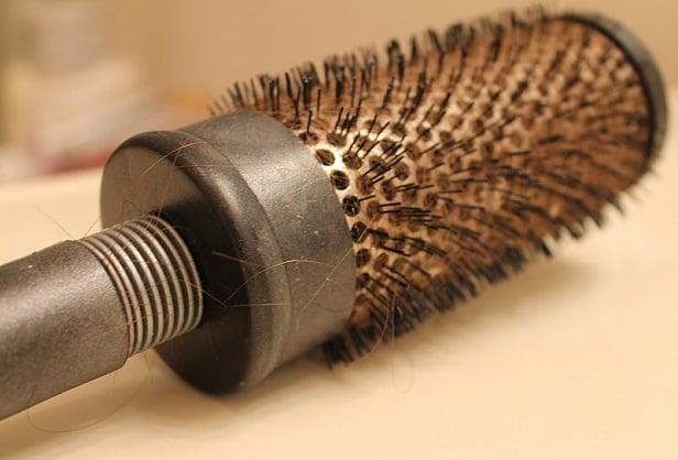 Saç Fırçası Nasıl Temizlenir?